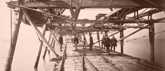 Werksteiger Noordpier 1868 met reddingsboten en stoommachine